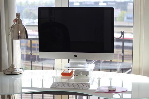 Vera Camilla's working desk using the Steyg iMac stand